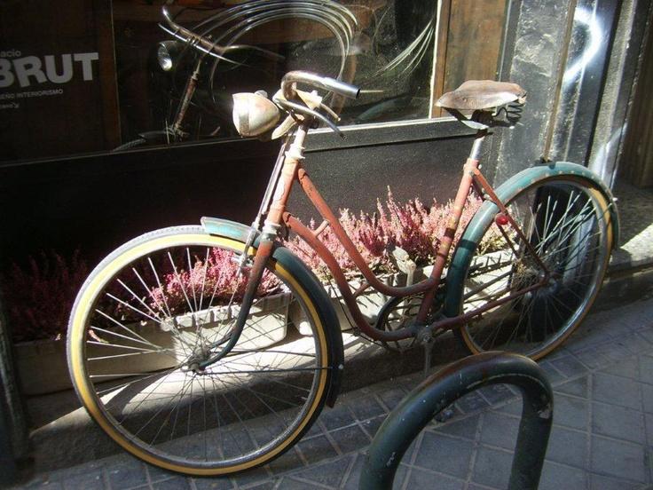 Ana pazar yerinden çok Alta ve Baja sokaklarında bulunan vintage ve antikacılar ilgimizi çekiyor... Daha fazla bilgi ve fotoğraf için; http://www.geziyorum.net/madrid-gezisi/