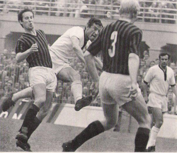 Gigi Riva, al tiro in Milan-Cagliari 1970 a San Siro