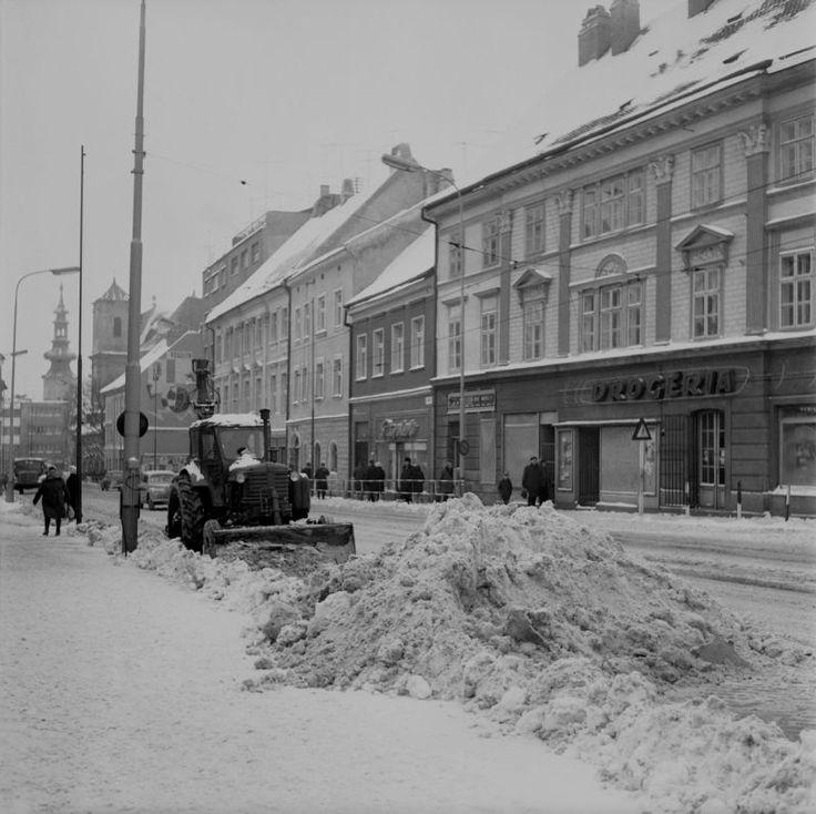 Január 1967 - V Bratislave nasadili na odpratávanie snehu v uliciach 30 vyklápacích valníkov, 3 nakladače snehu, 11 radlicových pluhov, 2 autogrédre, 1 snehovú frézu, 7 posýpacích vozov a 120 pracovníkov. Denne odvezú vyše 300 ton snehu.