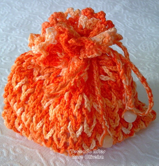 Saquinho porta-trecos. Crochê delicado e exclusivo em cor laranja mesclado. Para colocar maguiagem, lenços, absorventes, objetos delicados. R$15,00
