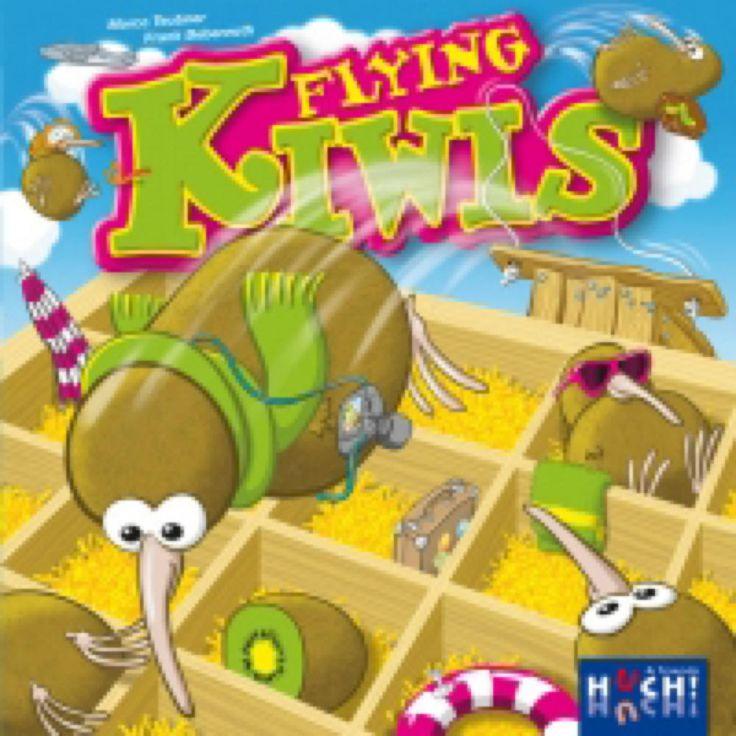 Flying Kiwis Làchez le Kiwis ! Bien qu'il na sachent pas voler , les Kiwis aimeraient quand même partiren vacances! Tous aux rampes de lancement pour atterrir dans la caisse de fruits ! Bien sûr,chacun veut être assis à côté de son meilleur copain. Qui obtiendra la bonne configuration en les catapultant dans la caisse ?Âges 5+ / 2-4 joueurs / Durée 10 min