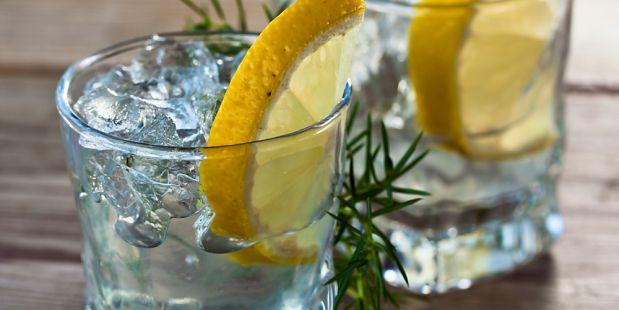 Gin-tonic is terug van weg geweest! Dit koele zomerdrankje is perfect als borrel bij de barbecue. (Hele recept: http://www.emte.nl/recepten-inspiratie-tips/recepten/recept/gin-tonic.htm)