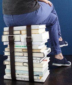 Skammel af bøger og bælter