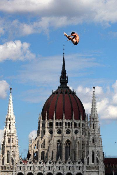 El estadounidense Steve Lo Blue es el nuevo campeón del mundo de 'high diving', la especialidad de saltos en la que los hombres se precipitan desde una plataforma a 27 metros de altura. La prueba se desarrolló en una torre levantada en la orilla derecha del Danubio. Lo Blue sucede en el palmarés de esta competición, instaurada en los Mundiales 2013, al colombiano Orlando Duque, ganador en Barcelona, y al británico Gary Hunt, vencedor en Kazan, y gran dominador de la especialidad ..pero