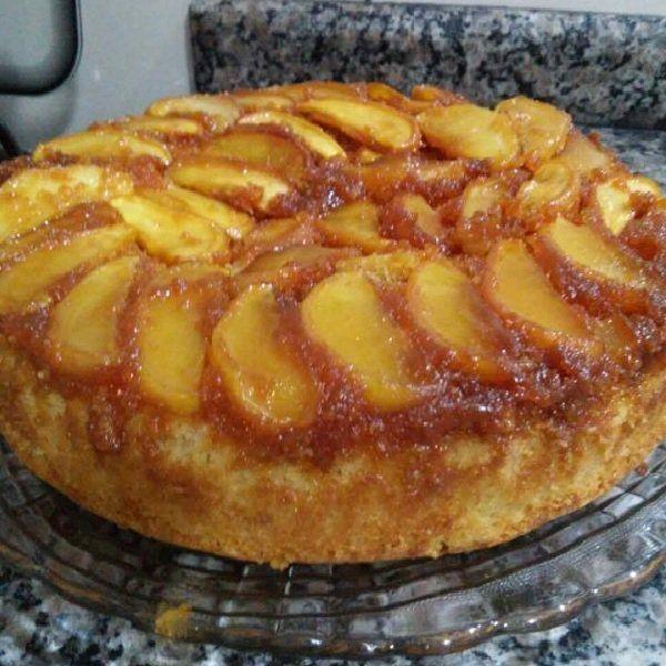 O Bolo de Maçã Caramelizado é delicioso, fácil de fazer e é perfeito a qualquer hora, desde o lanche até a sobremesa. Confira essa receita de bolo de maçã!
