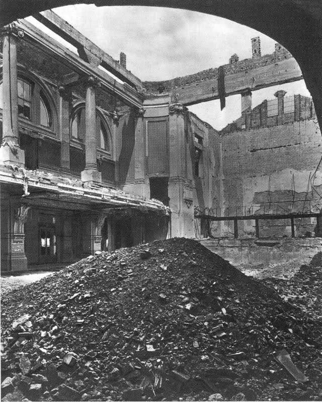 La Milano perduta: la sala del Conservatorio G.Verdi dopo il bombardamento del 1943. Forse recuperabile, si è preferito raderla completamente al suolo.