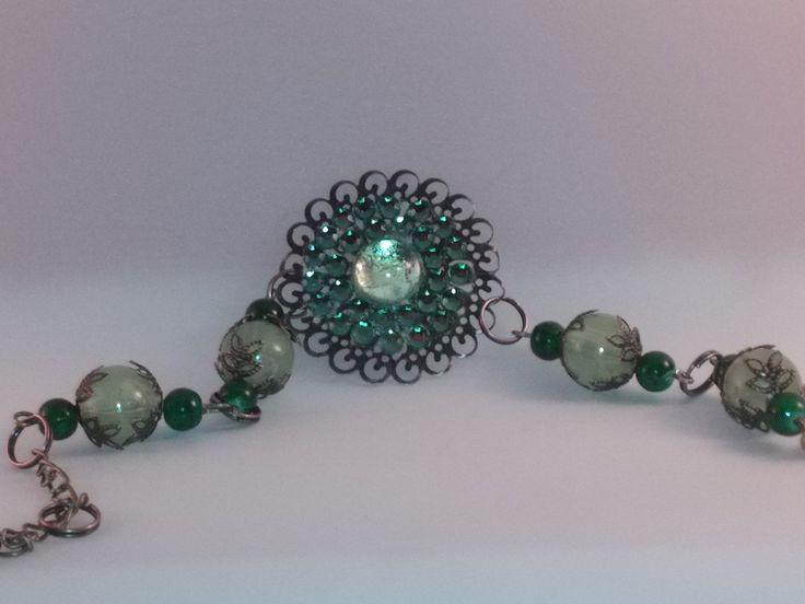 bracelet en métal bronze perles et cabochons verts : Bracelet par chely-s-creation