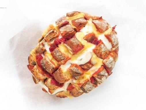 Uit Pauline's Keuken -   Ik heb een leuke variatie bedacht op het geliefde borrelbrood recept van de site. Dit recept voor Pizza Plukbrood is hetzelfde idee, alleen dan met een Italiaanse twist. Ik vi
