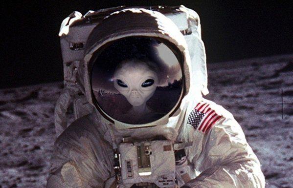 Il numero dei commenti sulle strutture misteriose presenti sulla superficie lunare è una cosa che non possiamo ignorare come società