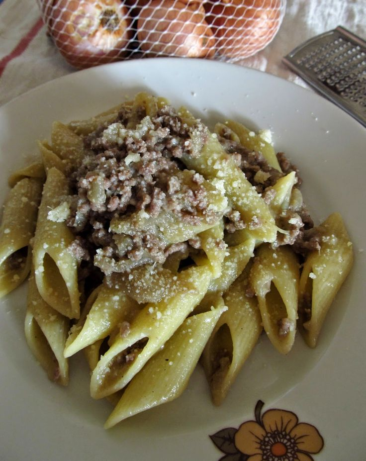Budino alla Celestino: Pasta alla genovese con carne macinata
