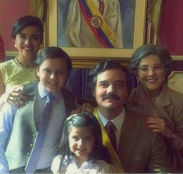 Wagner Moura publica foto da 'família feliz' de Pablo Escobar da segunda temporada de 'Narcos'