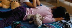 Barn sover mindre idag jämfört med förr. Låt dem sova längre på dagarna. En sömncykel är 90 minuter. Har de svårt att somna på kvällen kan det bero på blått ljus från skärmar som sänker nivån av sömnhormonet melantonin.