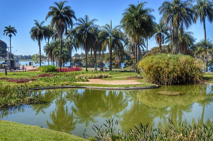 Os jardins do Burle Marx são um espetáculo não são?  Burle Marx (19091994) foi um artista plástico brasileiro que ficou conhecido internacionalmente ao exercer a profissão de arquiteto-paisagista. O arquiteto Oscar Niemayer gostava muito de trabalhar com ele e esse jardim lindíssimo faz parte do Museu de Arte da Pampulha em Belo Horizonte.  Em Belo Horizonte ele fez 12 projetos entre eles o jardim do Aeroporto da Pampulha o MAP a Casa do Baile o Wolf Clube a Fundação Zoo Botânica e o Iate…