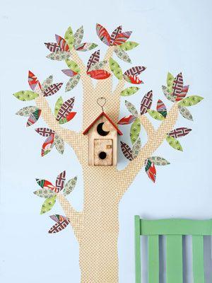 Os restos de tecidos podem também ser usados no quarto das crianças. Nesta ideia original para o quarto das crianças, na parede da divisão foi colocada uma divertida árvore em tecido.