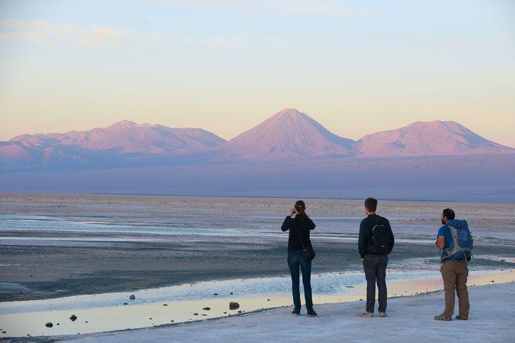 Salar de Atacama, Atacama, Chile  Suolajärven ilta on violetti ja vaaleanpunainen. http://www.exploras.net/uudet-tekstit/#/10-ikkunaa-atacamaan-chileen/