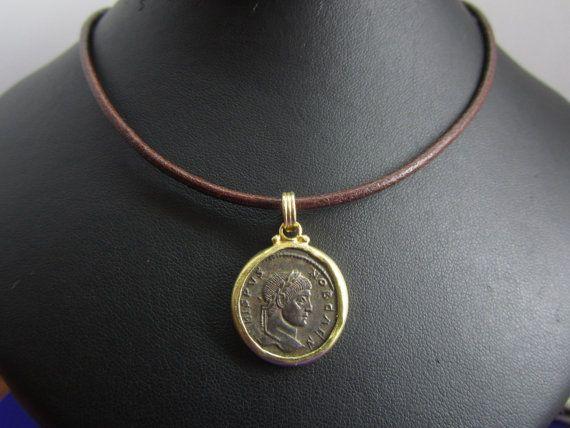 Colgante de oro de 18 k con moneda romana de 1700 años de antigüedad por FerFineJewels, €270.00 Descubre la Colección Bajo Imperio en: www.joyeriafgalle...  https://www.etsy.com/es/shop/FerFineJewels?ref=search_shop_redirect