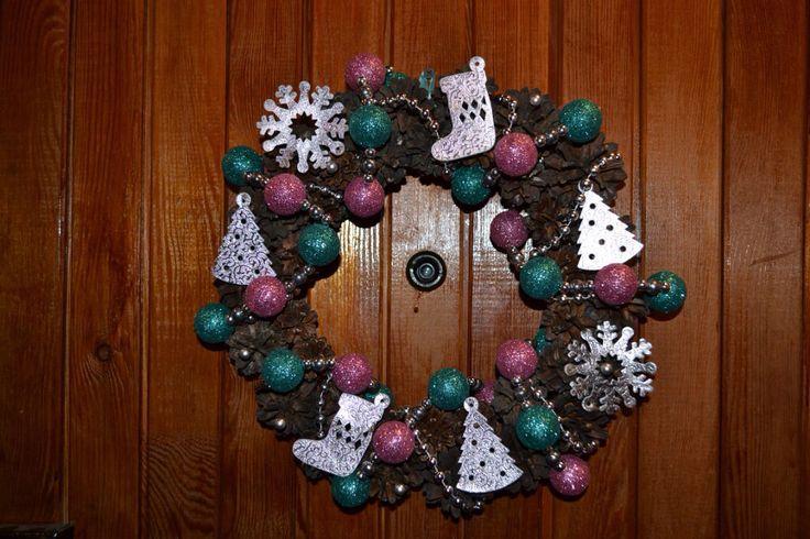 Рождественский венок из сосновых шишек