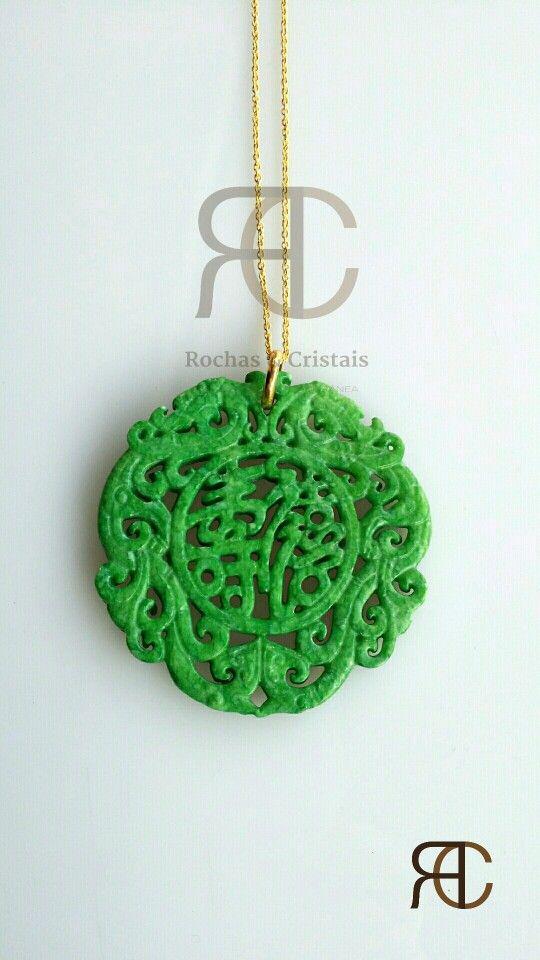 Colar com fio dourado e pendente em jade verde - Rochas e Cristais