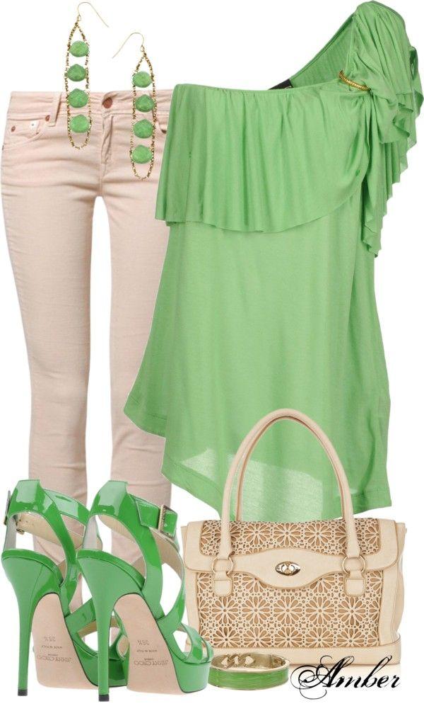 qué bien luce el verde en este outfit