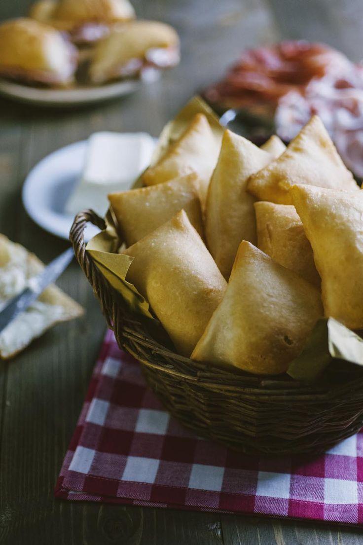 Gnocco fritto: Se non hai mai assaggiato lo #gnoccofritto, devi assolutamente rimediare! Prova a friggerlo e a servirlo con #formaggi e #salumi: lo amerai!