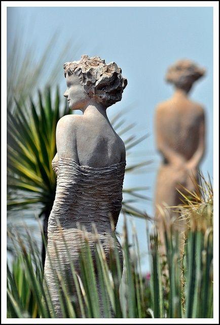 Les allées du jardin exotique d'Eze, sont bordées par quinze sculptures en terre de Jean-Philippe Richard.  Les déesses de terre.