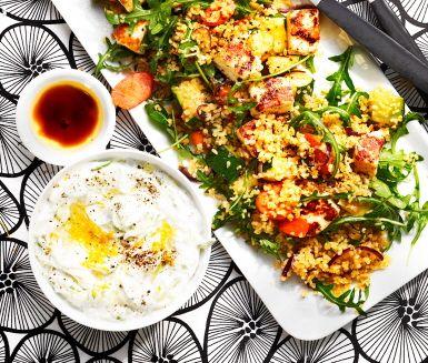 Bulgursallad med halloumi och citrusröra är en fräsch, snabb och mättande vegetarisk rätt med högt proteininnehåll tack vare ingredienser som halloumi och citrusröra med kvarg. Perfekt att avnjuta efter en hektisk dag på jobbet eller ett krävande träningspass! – Teresa Maric