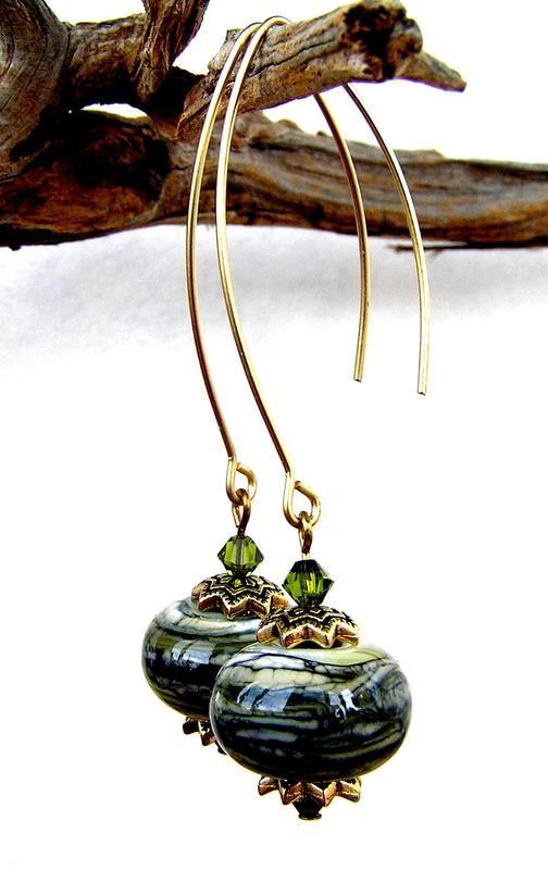 Длинные серьги с красивой бусиной lampwork оливкового цвета, дополненные хрустальными бусинами Swarovski. Длина 6.5 см Серьги упакованы в ...