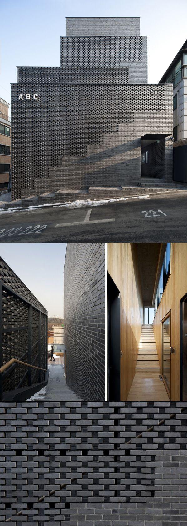 Fachada de ladrillo negro, muro exterior al edificio, sobre la escalera, refuerzo de estructura metalica camuflado. ABC Building.