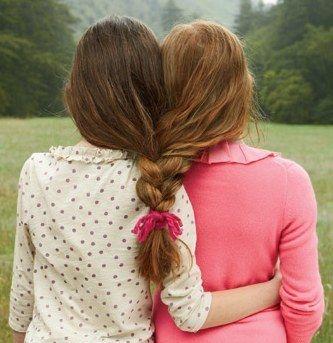 Trencen su cabello juntas como hermanas.