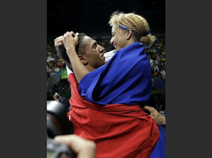 Deux boxeurs en or: Tony Yoka est felicite par sa compagne Estelle Mossely apres son combat contre Joe Joyce dans la categorie des lourds, le 21 aout. Deux jours plus tot, la jeune femme devenait egalement championne olympique des moins de 60 kg. #photos #jeuxolympiques #2016 #riodejaneiro #boxe  #champion #championne