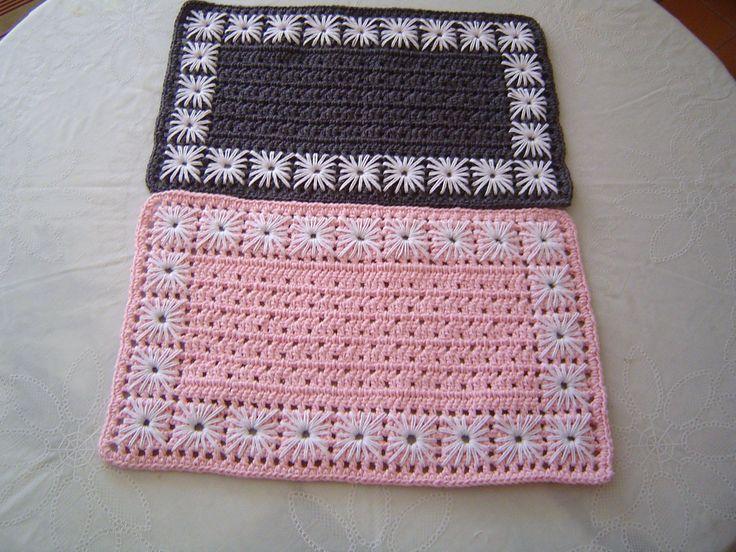Hoje você tem a opção de montar um jogo americano de crochê em diversos formatos, muitas cores e em diversos fios e tramas. Eles podem ser redondos, quadra