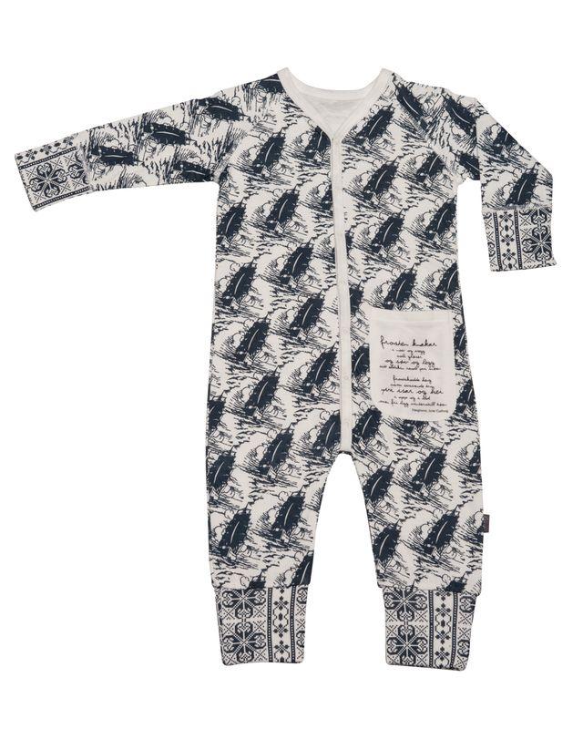 Herlig pysjamas i hudvenlig bambus-kvalitet. Spesielt godt for eksemhud. Mønsteret viser seilbåter i mørkeblått på off-white bunn.