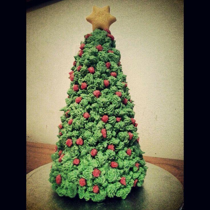 Cupcake xmas tree!! ♥♥ mini cupcakes tree sculpture styrofoam cone yellow marshmallow fondant mmf star buttercream frosting Christmas green red cupcake tree