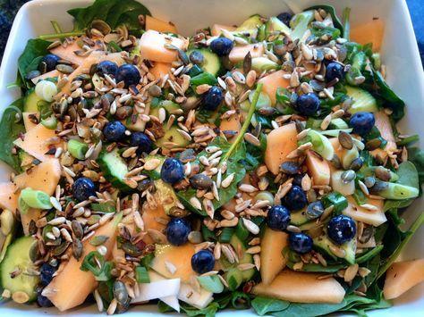 Frisk og sprød sommerlig salat med sød melon, spæde spinatblade, forårsløg, blåbær - samt frø og kerner.              Til en stor salat:  ...