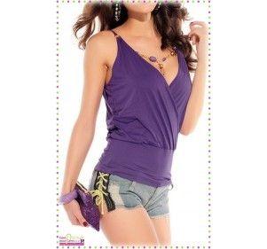 Joli top fashion de couleur violet. Ceintré à la taille. Top forme cache cœur au tombé plissé. Fines bretelles. Dévoilant le dos.