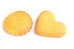 Heerlijk zelfgemaakte koekjes smullen kan met dit makkelijk recept voor de enige, echte, lekkere zandkoekjes die brokkelen in je mond.