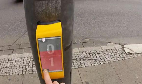 Sinal de trânsito deixa usuário jogar videogame enquanto o farol não abre (Foto: Reprodução/Vimeo) http://glo.bo/1CW7jyK