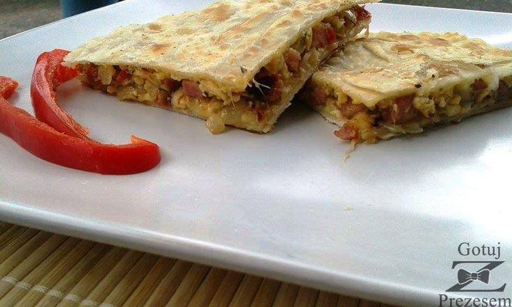 Quesadilla to danie kuchni meksykańskiej, gdzie wykorzystuje się tortillę z mąki kukurydzianej. Przekłada się ją różnymi dodatkami. My ...