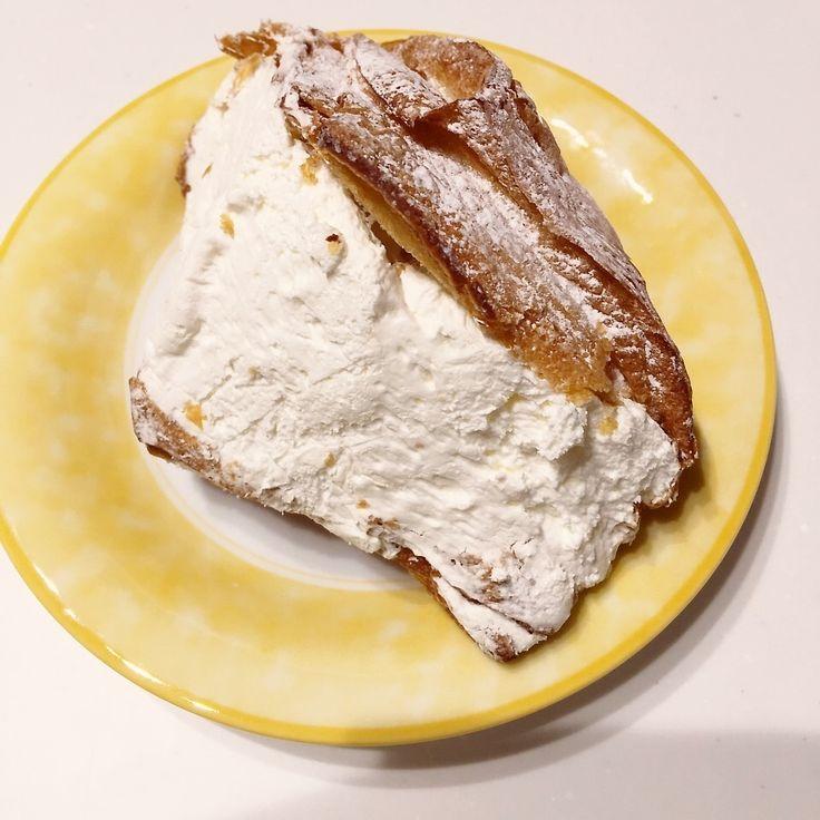 """結構通ってるパン屋さんに置いてあるデザートパン その名も『和』 デニッシュ生地のあいだにこれでもか〜って位の生クリームが入ってます。 しかも見えないけど、中にアンコと白玉1個入ってるという何とも高カロリーなパンです(-""""""""""""""""-;) どうしても食べたい時は朝食を食べずにランチとして食べてます…(T▽T;)"""