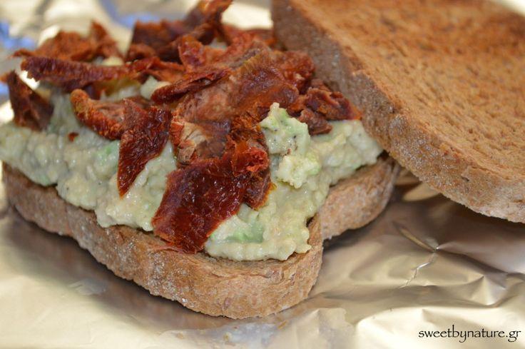 Σάντουιτς με Αβοκάντο και Λιαστή Ντομάτα | Vegan