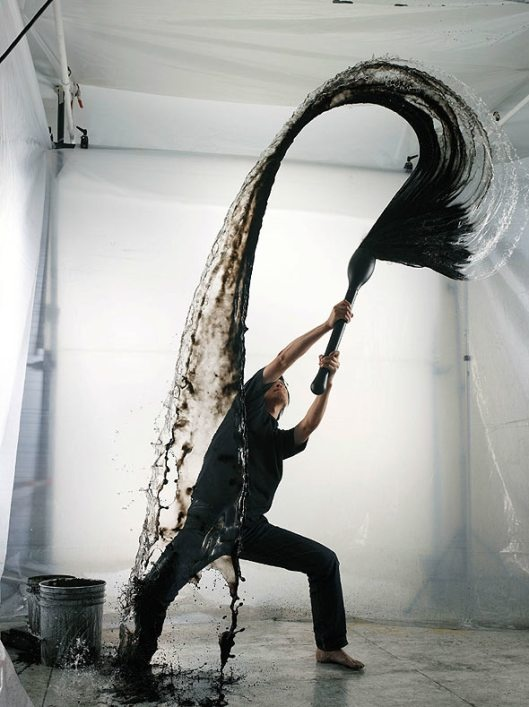 """Shinichi Maruyama, artiste Japonais, sculpteur d'eau. « Kusho """"écrire dans le ciel"""" c'est le titre qu'a donné Shinichi Maruyama à son dernier travail photographique [2003]. Il projette eau et encre et tente de saisir le moment exacte de la collision des deux liquides, des images au 1/7500e de seconde, une calligraphie éphémère née du hasard, (...) ement qu'en voyant les images finies. """"»  http://www.shinichimaruyama.com/"""