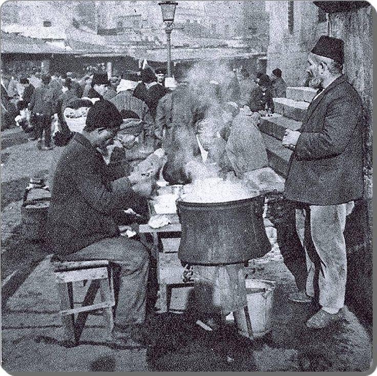 Eminönü / Yeni Camii önünde Çorbacılar - 1910 lar