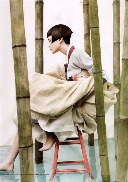 Fotos do editorial realizado para a Vogue Coreana pelo fotógrafo Kim Kyung Soo. O ensaio denomidado de Full Moon Story retrata, com uma magistral fotografia, a beleza da vestimenta tradicional coreana. É brincar com a tradição inserindo elementos de modernidade.