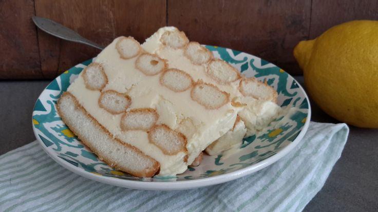 Limoncello semifreddo (limoncello ijsdessert). Semifreddo is een bekend Italiaans ijsdessert waarvoor je geen ijsmachine nodig hebt. Er zijn veel versies maar limoncello semifreddo is bij ons favoriet.