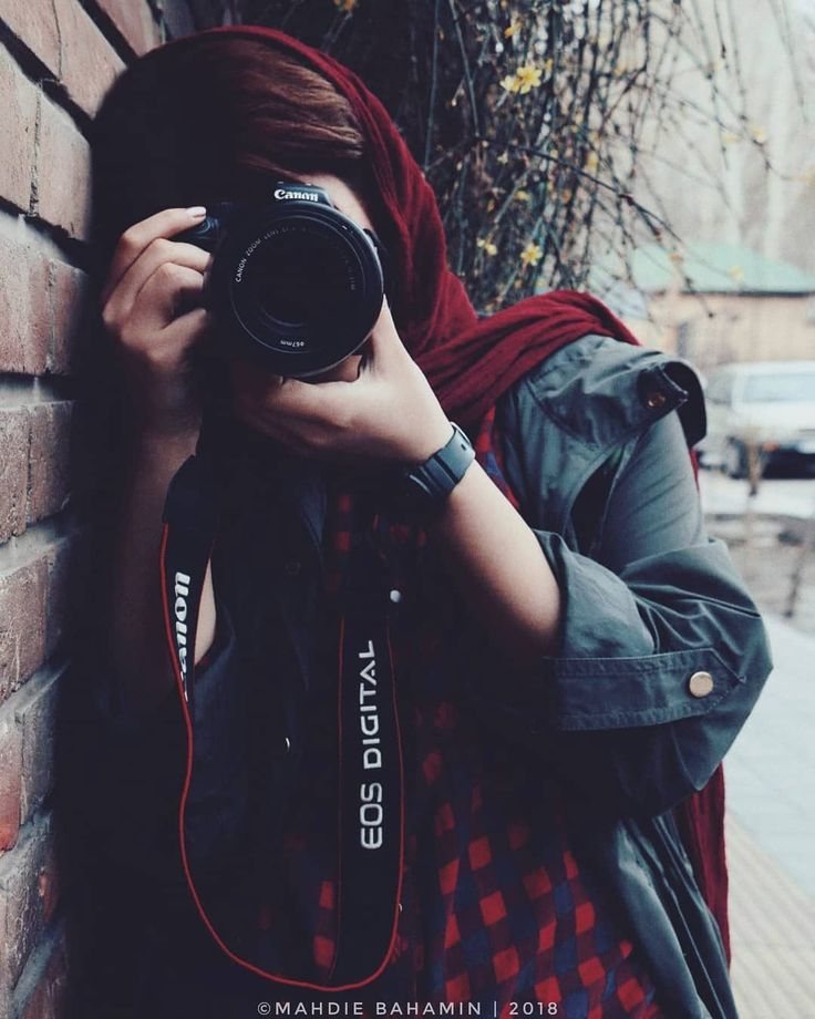 499 Likes 15 Comments آزاده خانوم Photoflash Ir On Instagram از همان بچگی عاشق عکاس Photographer Girl Photography Poses Women Girl Photo Poses
