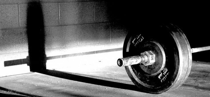 Trabajo de fortalecimiento físico  Parte 1 Presa banca 75% Max 7 reps Peso muerto 75% Max 7 reps 15 series  Parte 2 Abdomen inclinado 50lbs 25 reps Fondos 15 reps 5 series  Parte 3 Desplantes de lado 75% 20 reps Abdomen en barra de pull ups Levantando piernas 15 reps 5 series  Mucha hidratación y perseverancia durante el entrenamiento que #siemprepuedeserpeor