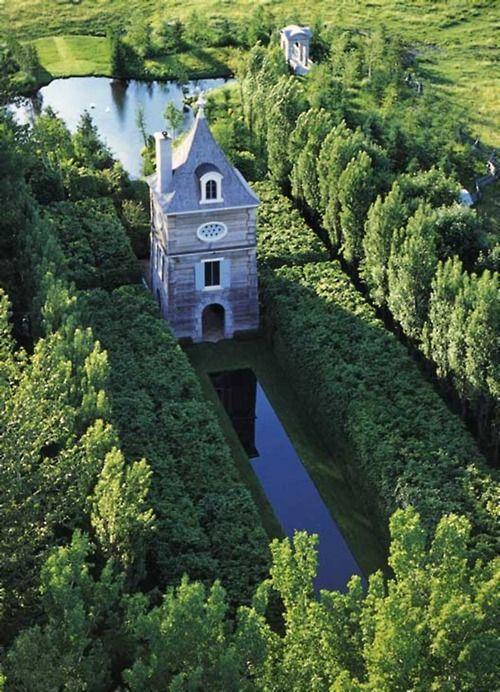 Le Pigeonnier de Frank Cabot aux Jardins de Quatre-Vents à La Malbaie, Quebec. Un des plus beaux jardins d'Amérique du Nord.