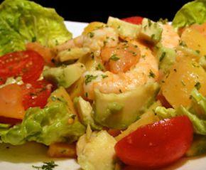 La ensalada de hoy es ideal para preparar el día que no tengamos tiempo de estar en la cocina ya que es fácil y rápida. Ensalada de patata, langostinos y salmón con salsa de mostaza. Se trata de una receta bien sabrosa y vistosa que combina el verde y rojo de la lechuga del tomate, con el color claro del salmón y los langostinos. ¡Una buena y nutritiva ensalada para los días de calor!