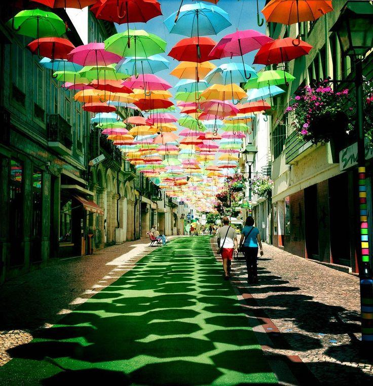 Guarda Chuvas Coloridos e Portugal  Curti Muito!!!  Olha a instalação que fizeram em Águeda, uma cidadezinha em Portugal…