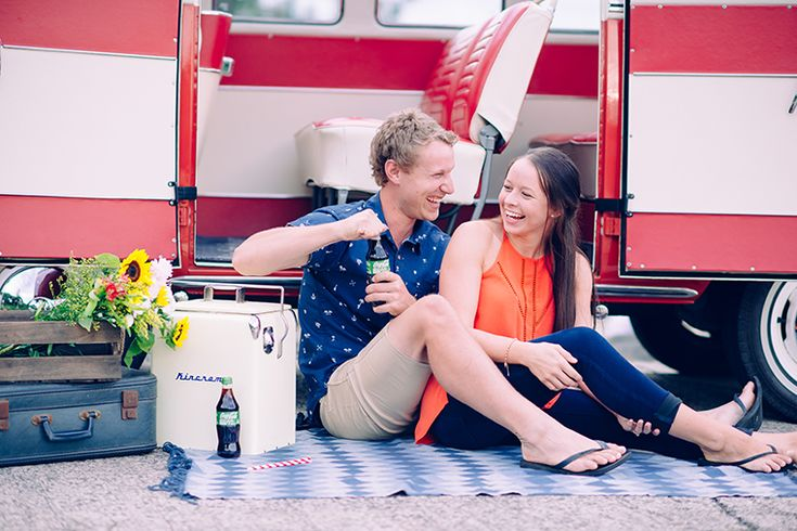 Engagement shoot by the beach. Deluxe Kombi Service.  Photography by Renee Towers Photography